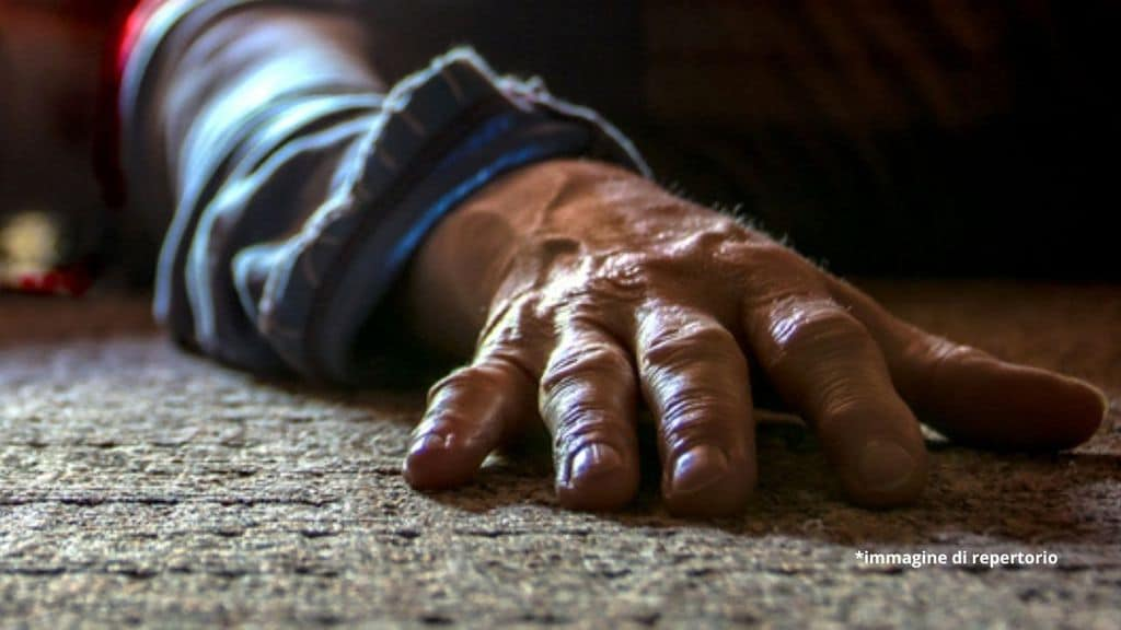 mano di un'anziana morta