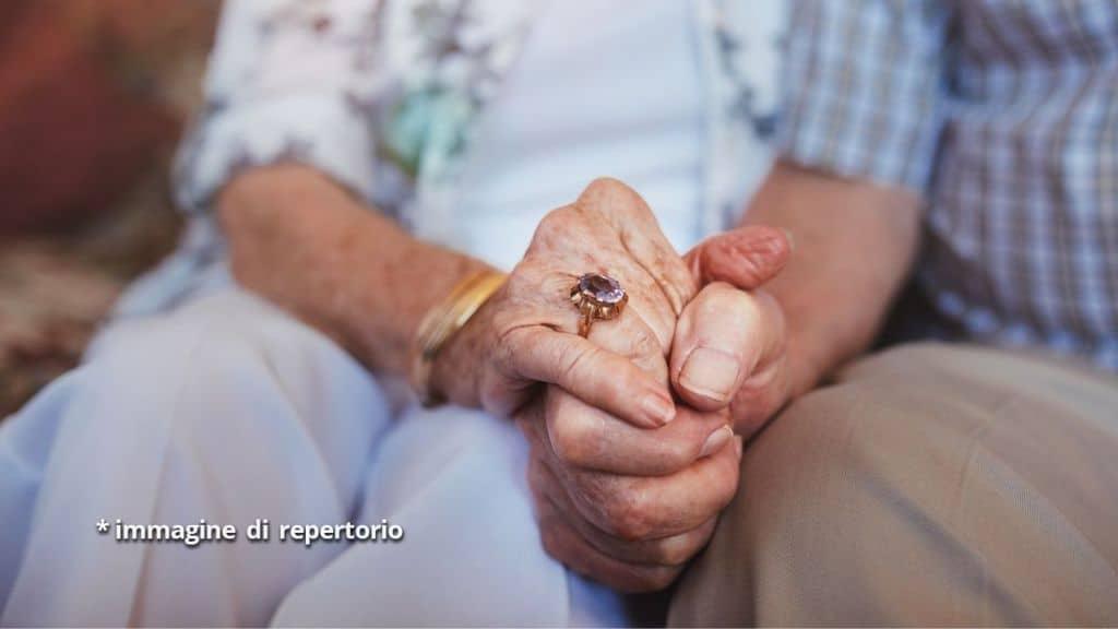 anziani mani coppia
