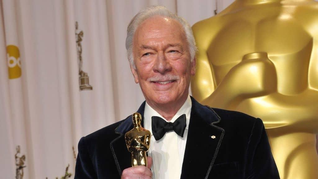 Christopher Plummer attore, con la statuetta dell'Oscar in mano