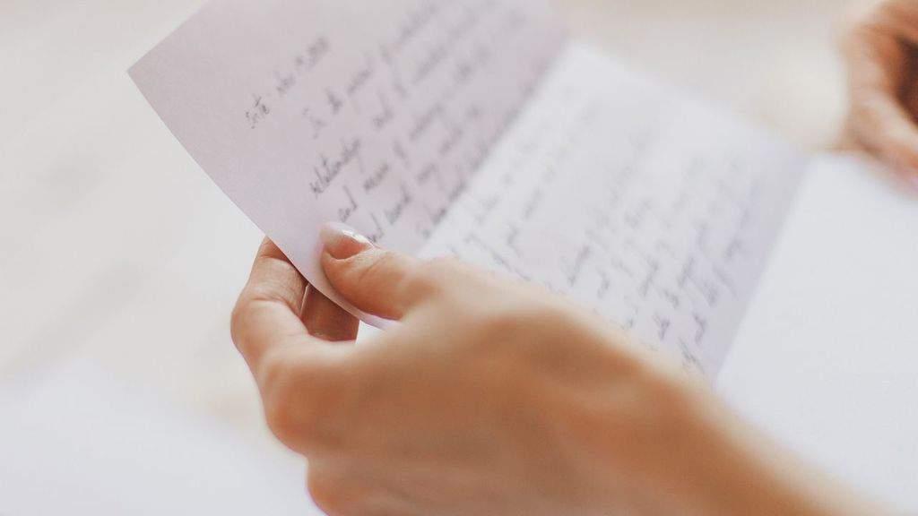donna che legge una lettera