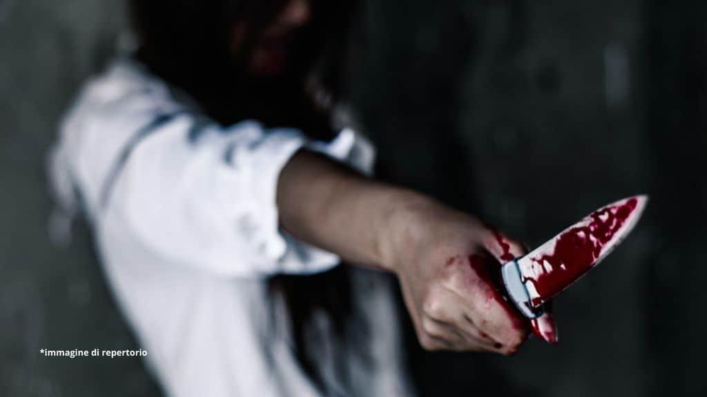 donna con un coltello