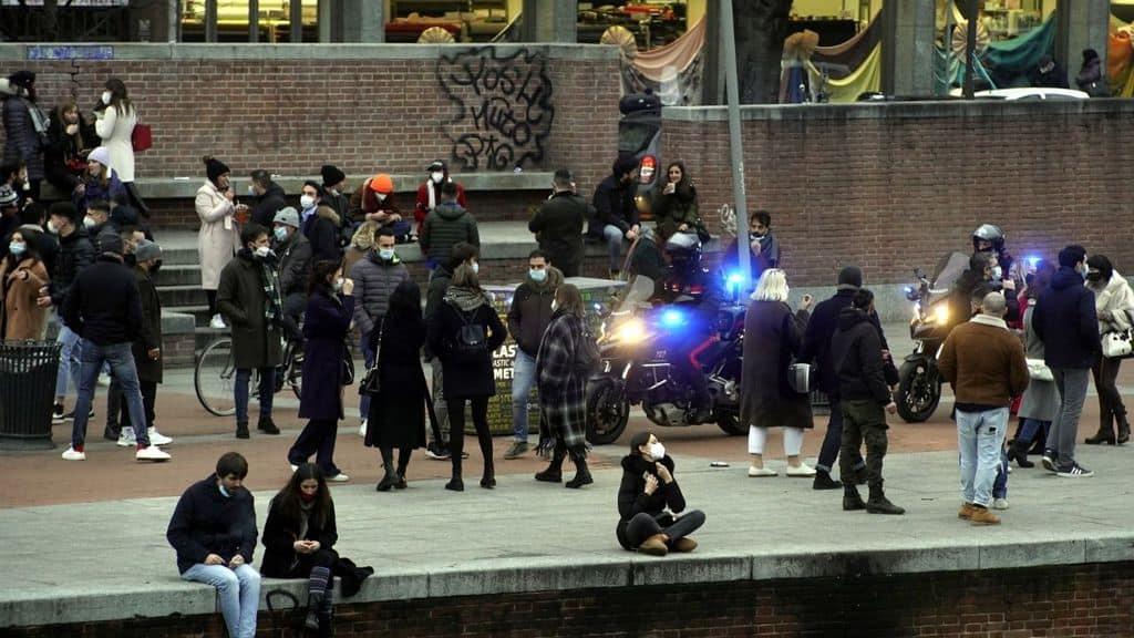 Milano: assembramenti sulla Darsena