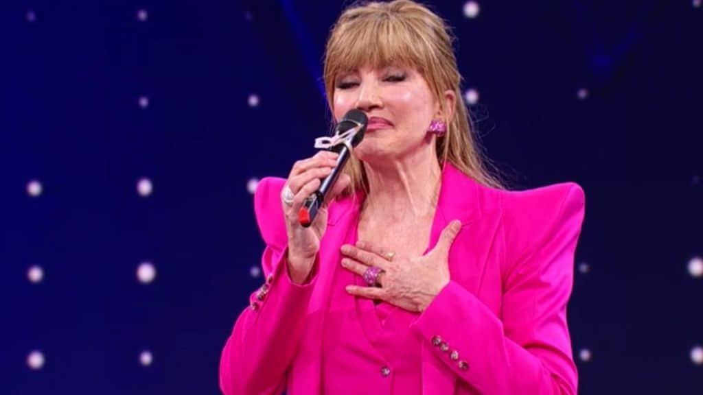 Milly Carlucci sul palco del Cantante Mascherato