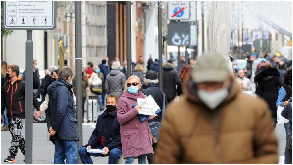 Persone in strada con le mascherine