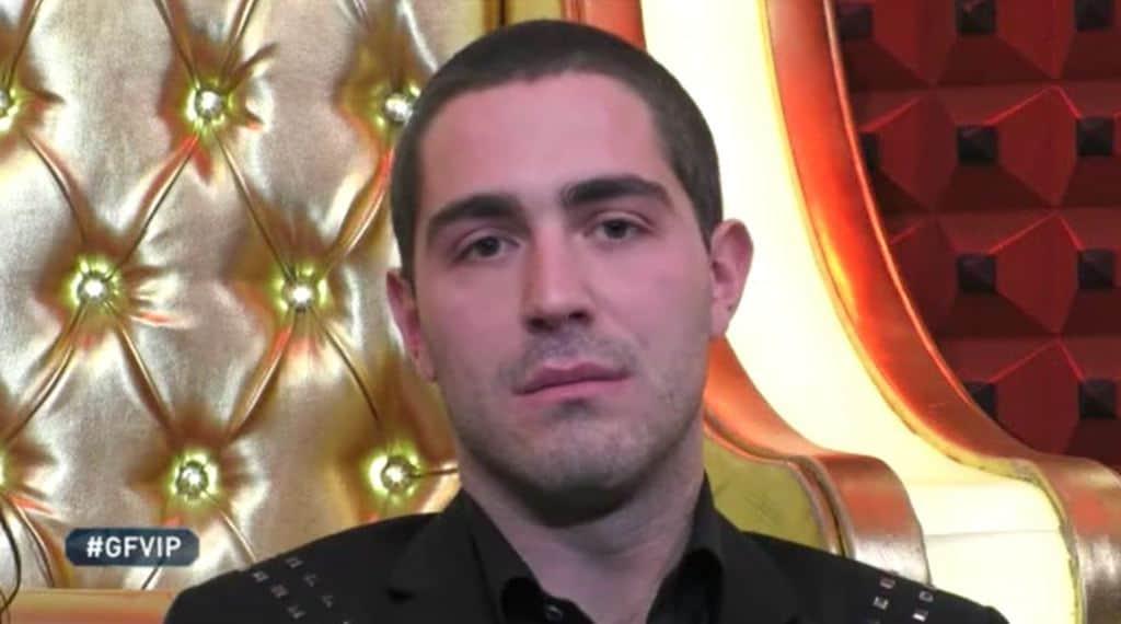 Tommaso Zorzi seduto nel confessionale del Grande Fratello Vip