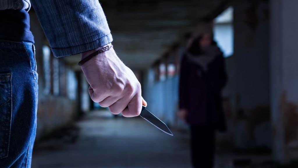 uomo mano coltello donna