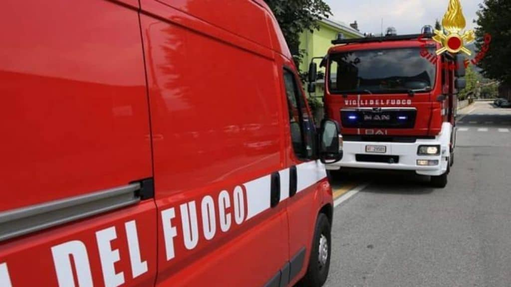 Incendio in un palazzo a Milano nella notte. Ci sono feriti e intossicati, evacuata l'intera struttura