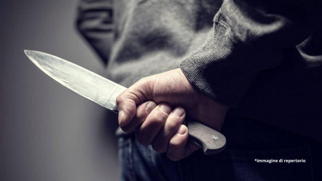 Uccisa a coltellate dall'ex fuori dal lavoro: il femminicidio dopo la decisione di lei di bloccarlo su WhatsApp