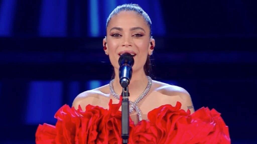 Elodie regina della seconda serata: nel suo vestito rosso restituisce l'umanità al Festival di Sanremo