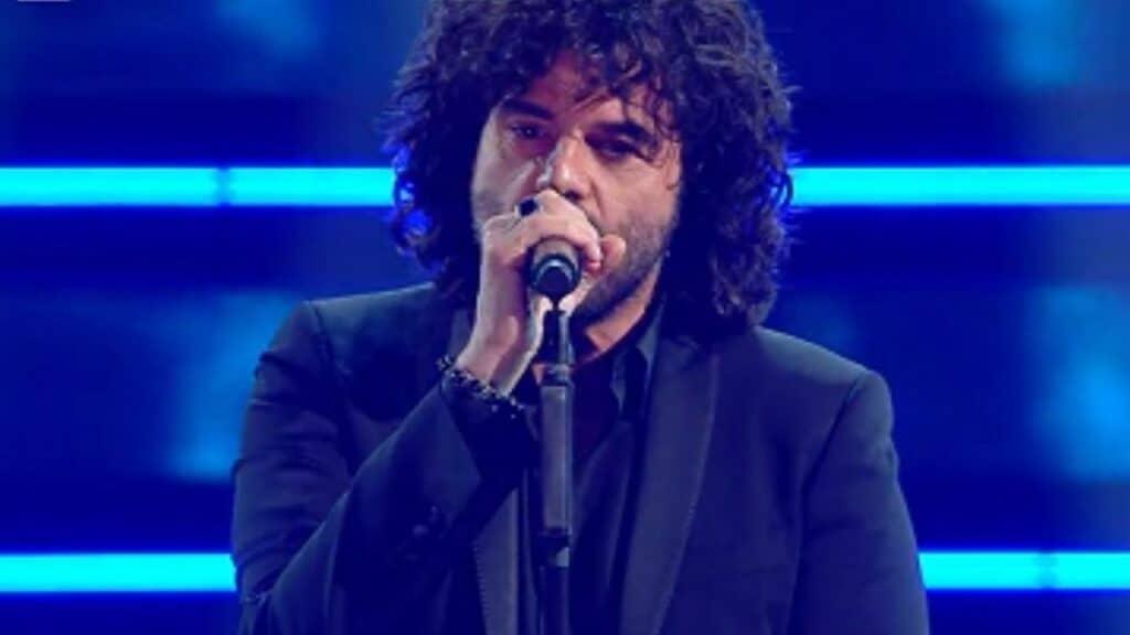 Francesco Renga, nuovi problemi tecnici al Festival: Amadeus ferma lo show, Renga si esibisce due volte di seguito