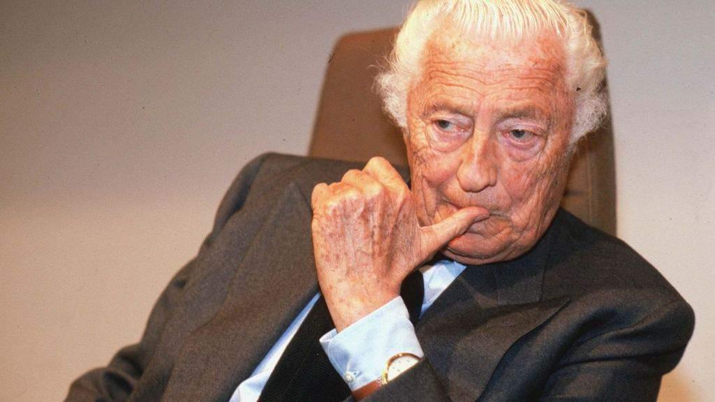 Gianni Agnelli, uno stile che è diventato icona: orologio sopra la camicia e scarpe sportive sotto gli abiti