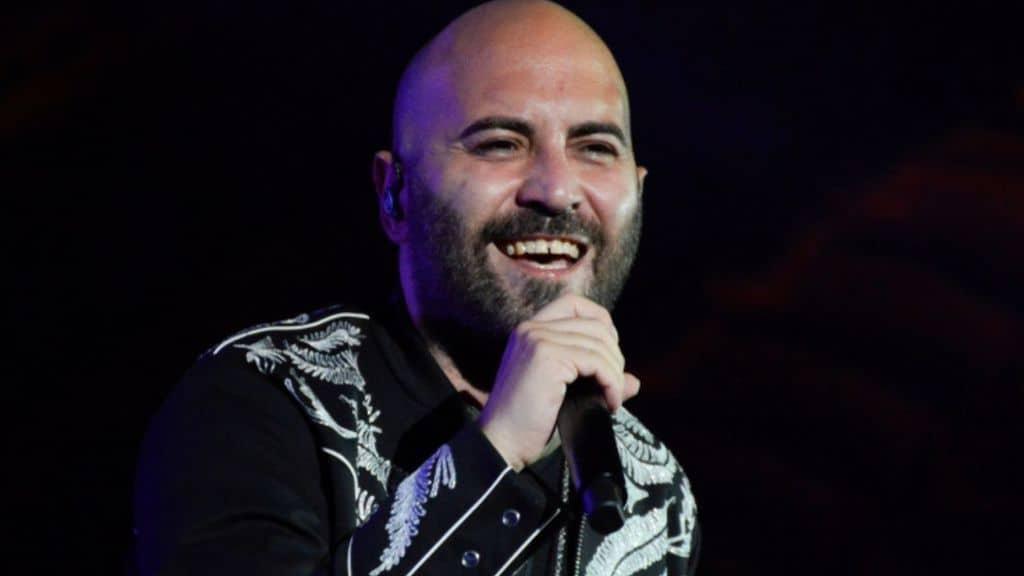 Giuliano Sangiorgi Sanremo: il successo con i Negramaro, il ritorno al Festival, l'amore per Ilaria e la figlia Stella