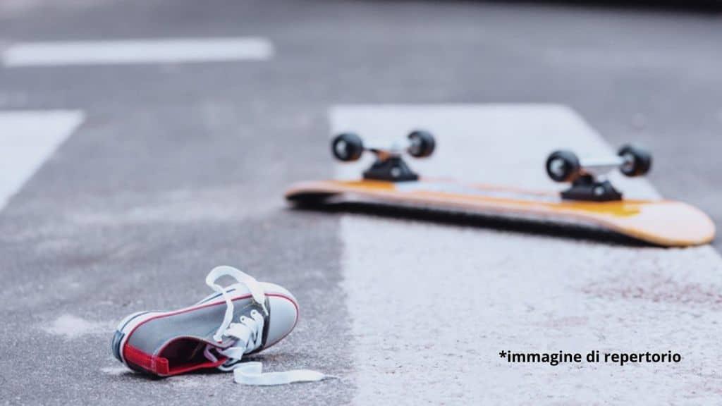 Ragazzo di 14 anni salva l'amico che sta per essere investito, ma muore lui sotto la macchina