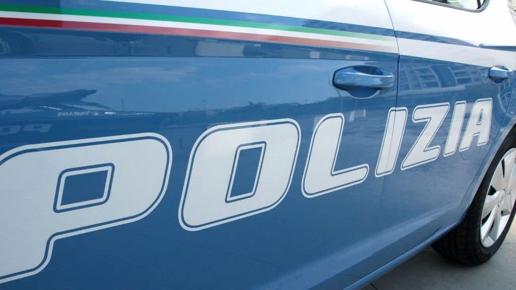 Donna uccisa a coltellate in casa sua a Cremona. Ritrovata dal marito esanime; si cerca il figlio