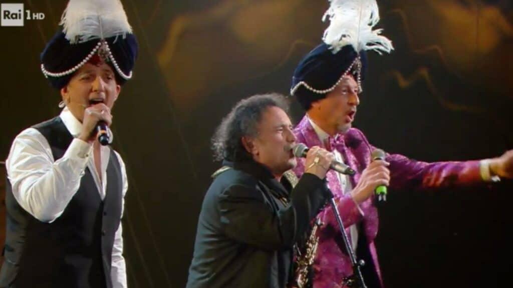 Fiorello e Amadeus omaggiano Renato Carosone con Enzo Avitabile sul palco dell'Ariston