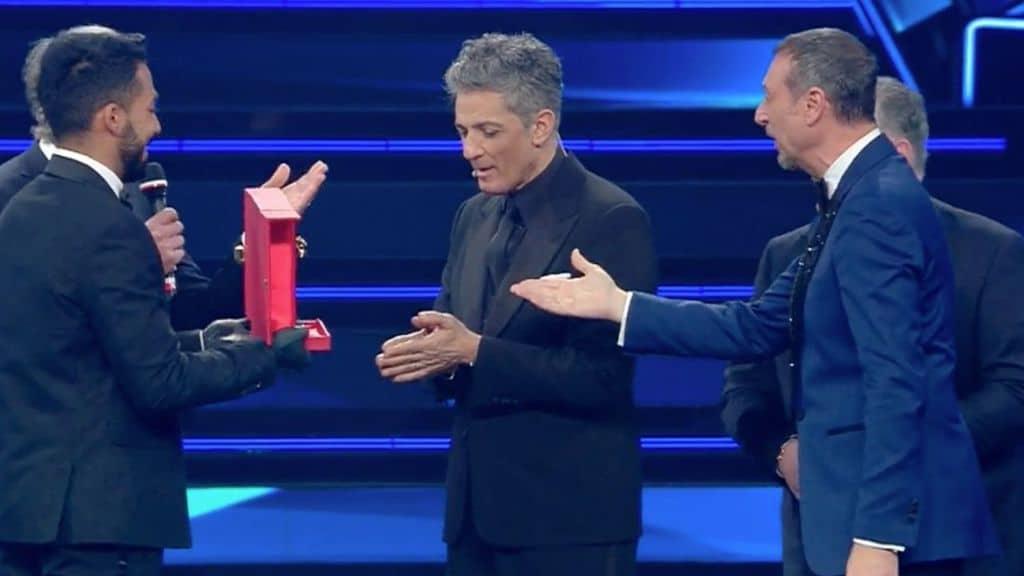 Amadeus da a Fiorello il premio città di Sanremo