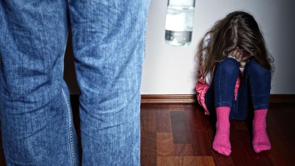 scavalca balcone violenta figlia vicini di casa