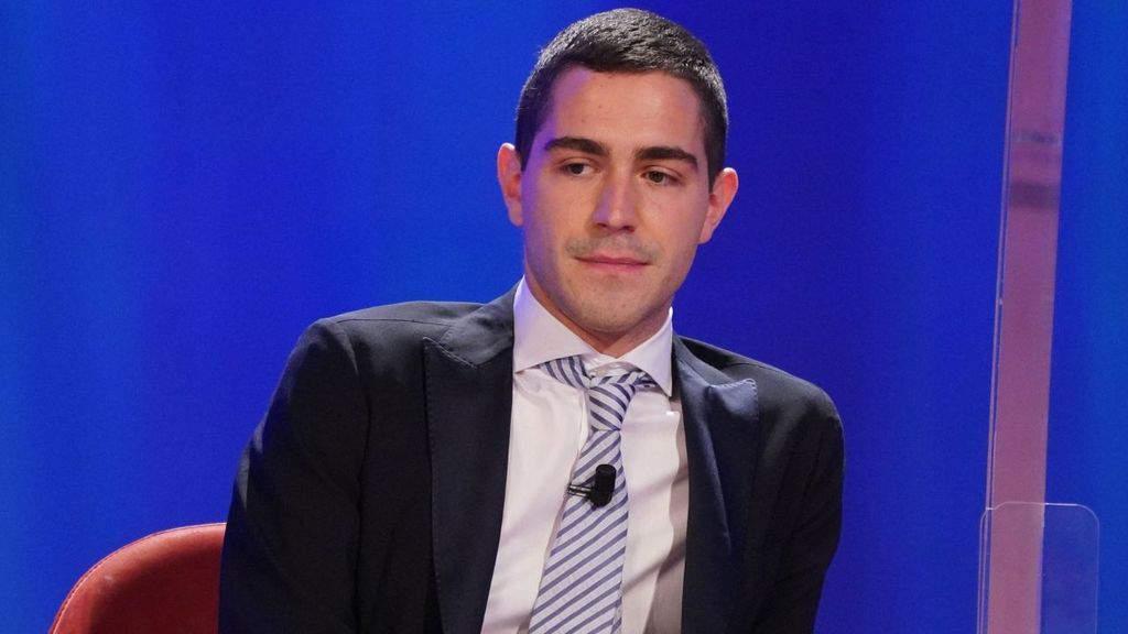 Tommaso Zorzi al Maurizio Costanzo Show nel segno di Mike Bongiorno: il significato della cravatta indossata da Zorzi