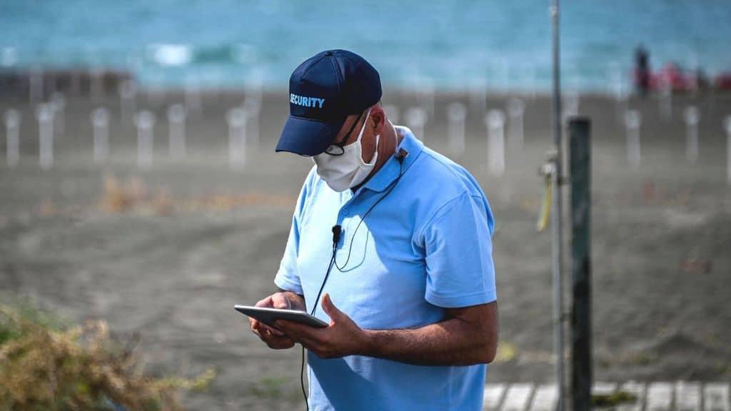 uomo in spiaggia passaporto vaccinale estate