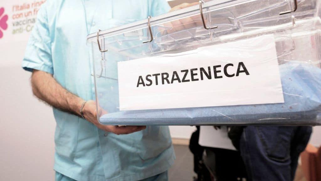 AstraZeneca, l'Ema dopo una nuova valutazione sul vaccino dopo gli ultimi casi di trombosi cerebrale:
