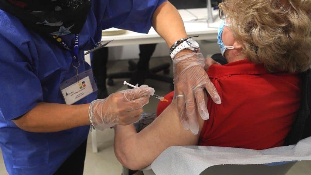una donna viene sottoposta a vaccino