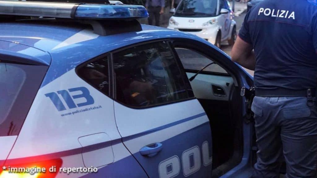auto della polizia con un agente