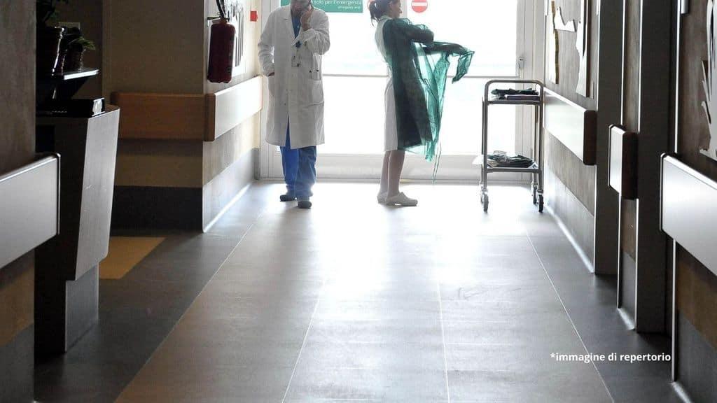 Enna, abusa sessualmente e poi minaccia una giovane paziente ricoverata in ospedale: arrestato un portantino