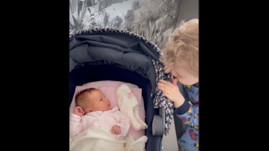 Vittoria, la figlia di Fedez e Chiara Ferragni compie un mese: i festeggiamenti in casa Ferragnez e il video con Leone