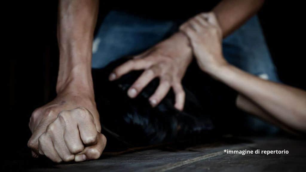 51enne narcotizzata, violentata per un mese, filmata e minacciata di revenge porn: arrestato un 46enne
