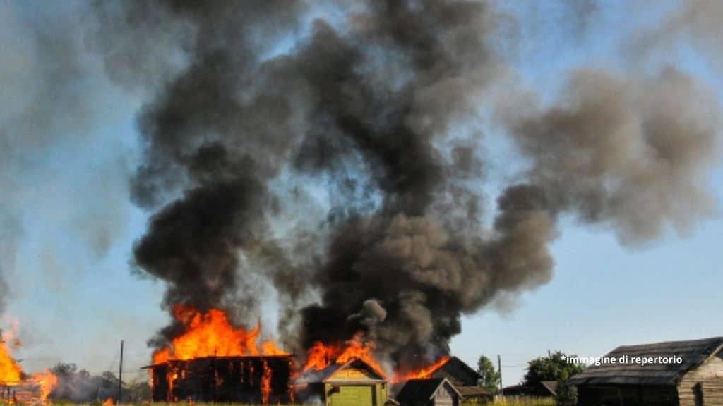Niger, tragico incendio in una scuola: 21 capanne in fiamme, morti carbonizzati 20 bambini