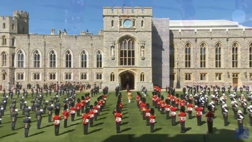 L'omaggio musicale delle forze armate ad iniziare il rito funebre per il principe Filippo