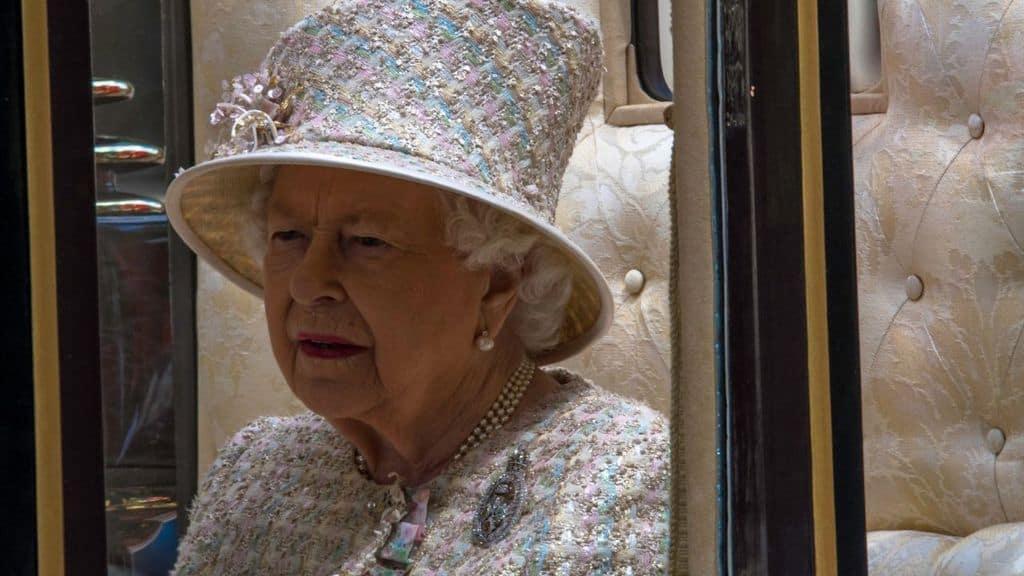Regina Elisabetta da sola in carrozza