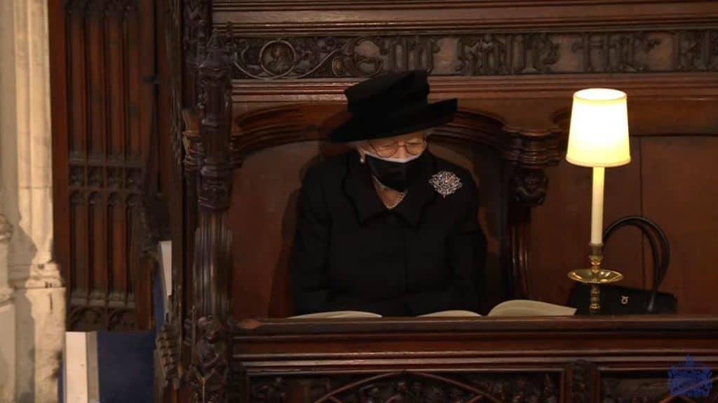La Regina Elisabetta seduta da sola al funerale del marito