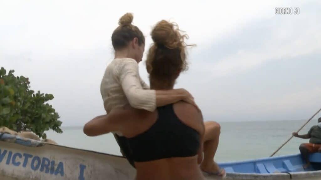 Valentina Persia aiuta Angela Melillo a salire sulla barca
