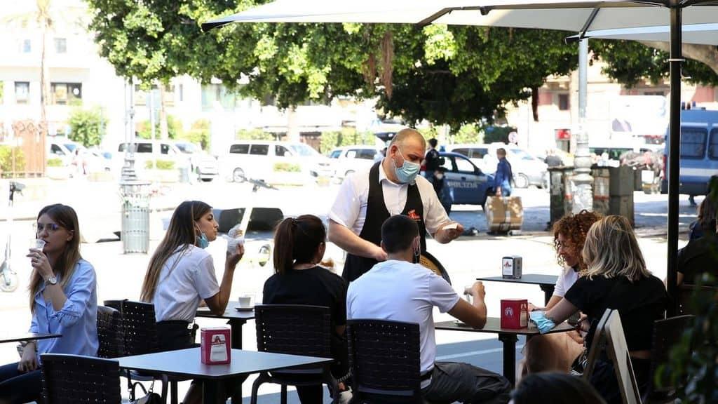 Bar e ristoranti, si torna alle cene fuori casa anche al chiuso: cosa cambia, tutte le regole a partire da oggi 1° giugno