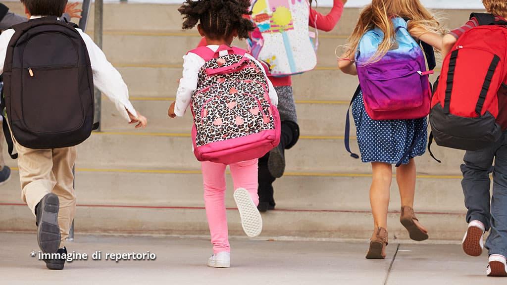 bimbo morto precipitato dalle scale a scuola: maestra condannata