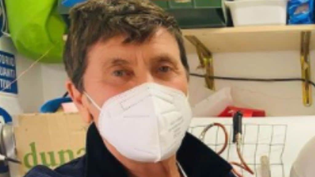 Gianni Morandi e l'incidente alla mano, la foto su Instagram: come sta il cantante