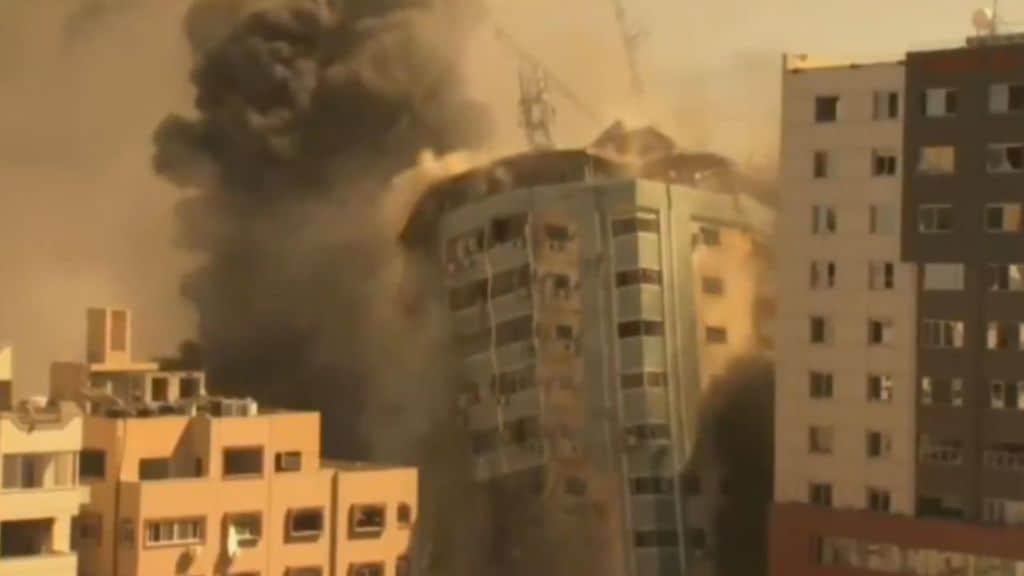 Il grattacelo di Al Jaala distrutto in un raid su gaza