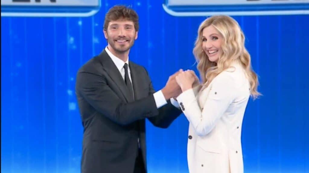 """Stefano De Martino balla il """"Tuca tuca"""" con Lorella Cuccarini. Zerby stuzzica Arisa: """"Qua a tuccar…"""""""