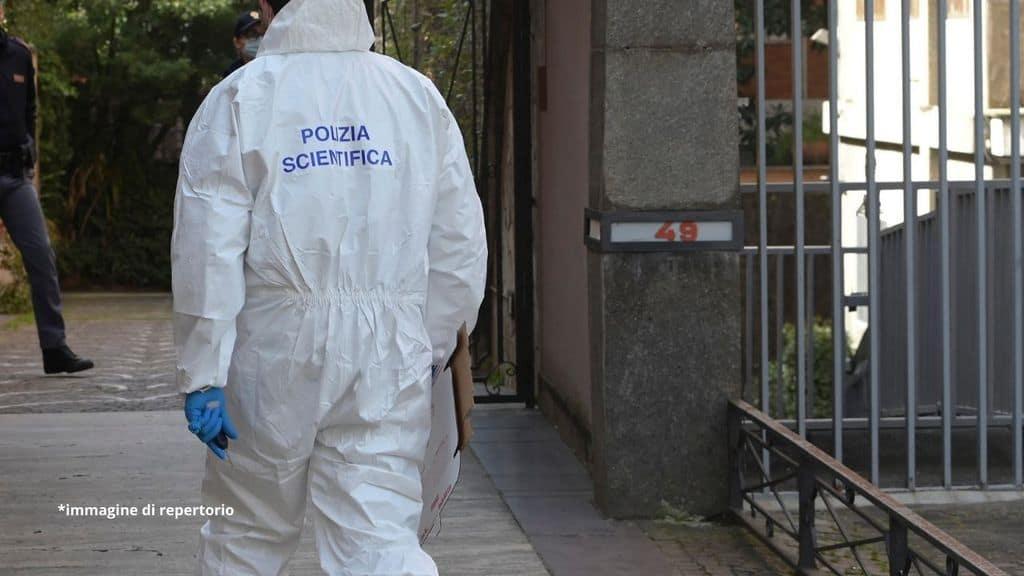 20enne trovato morto con ferite all'addome dentro un ex mulino abbandonato di Parma: l'ipotesi sul movente passionale