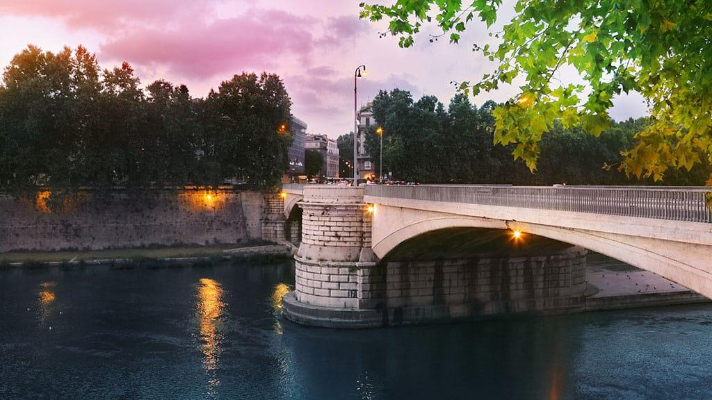 precipita da ponte Garibaldi a Roma mentre scatta un selfie