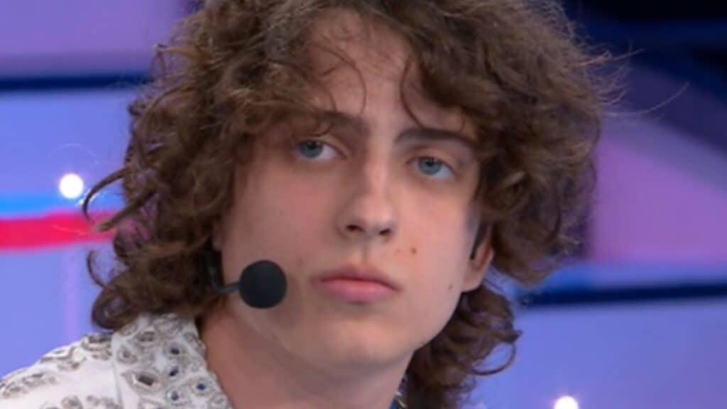Sangiovanni scrive una lettera d'addio ai suoi compagni per la finale di Amici 2021, le parole toccanti