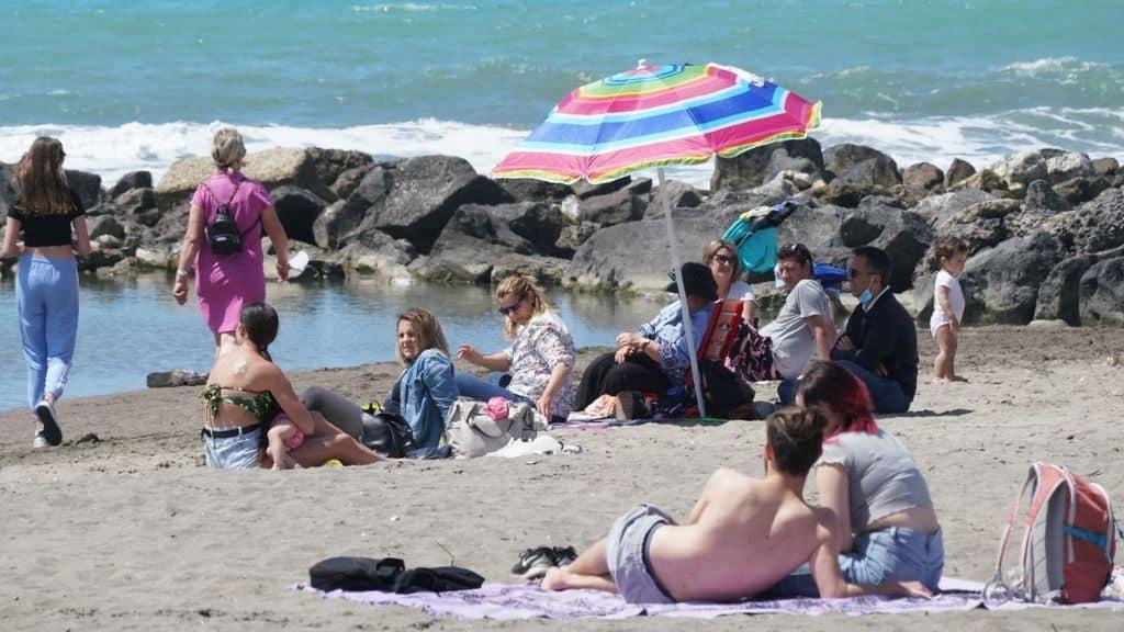 persone in spiaggia