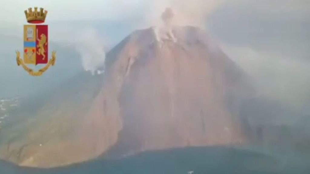 Stromboli, eruzione in corso: colata di lava e colonna di fumo visibile da km, i video
