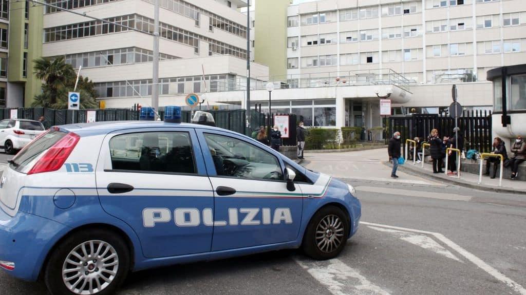 uccide la moglie a coltellate in strada, fermato dalla polizia