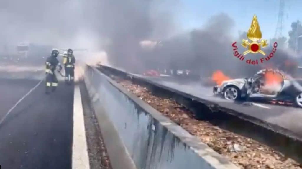 Incidente sulla A1: scontro tra due tir e un'auto. Incendio e fumo