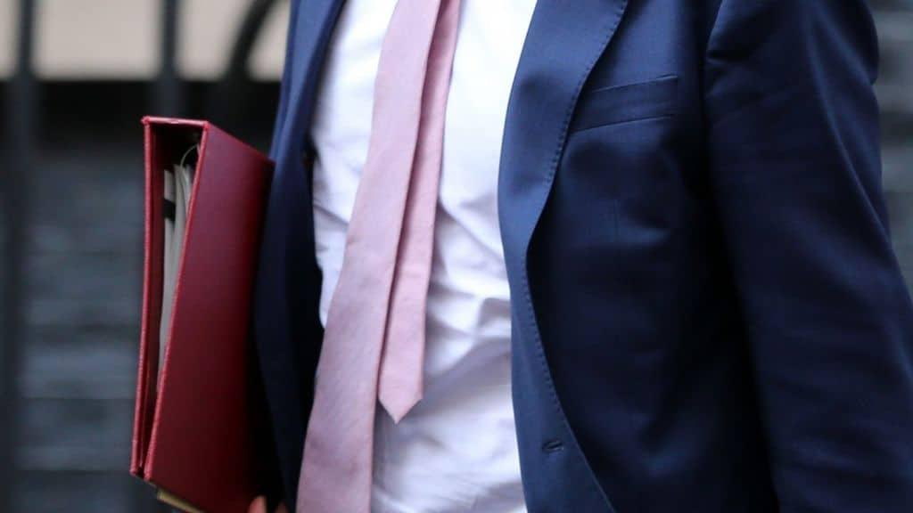 scandalo per la foto del bacio con l'amante si dimette ministro salute inglese