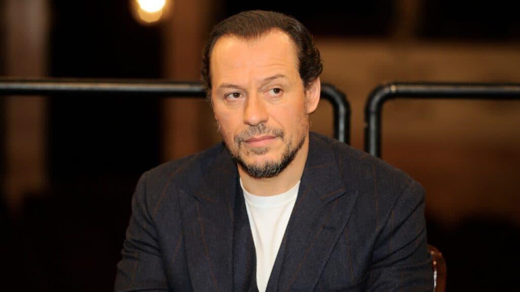 Stefano Accorsi: tutti gli amori e la carriera dell'attore che partecipa a Celebrity Hunted – Caccia all'uomo 2