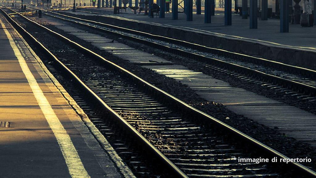 suicida 18enne sotto un treno a Torino: vittima di bullismo e omofobia