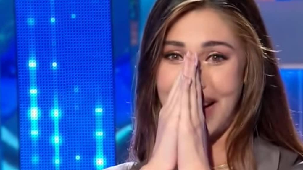 Belen mostra il gesto di Santiago per Luna Mari